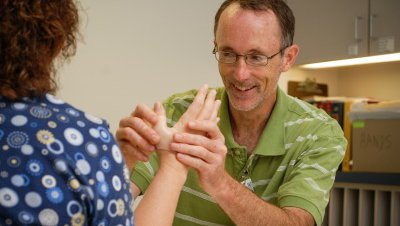At CoxHealth, our physicians and orthopedic surgeons in Springfield, Mo., Branson, Mo., and the surrounding regions understand the complexity and necessity of the health of your hands and upper extremities.